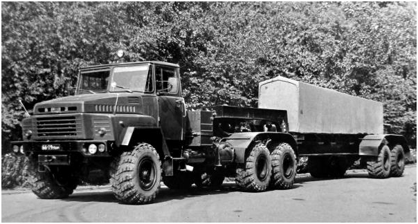 Автопоезд в составе тягача КрАЗ-260Д и полуприцепа МАЗ-9382 с механическим приводом. 1977 год