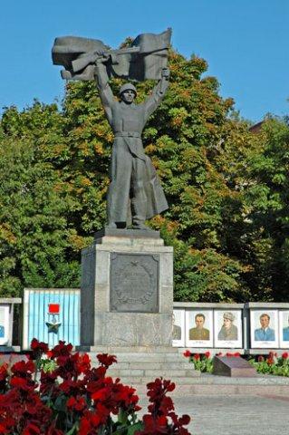 Памятник воину освободителю в сквере им. Бабаева (быв.Октябрьский) в центре Кременчуга