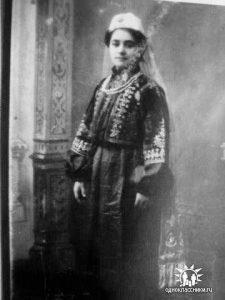 Александра-Ильинична-в-национальном-караимском-костюме2c-обшитом-бисером-и-натуральным-жемчугом.